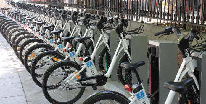 Imagen BiciMAD con gran número de bicicletas eléctricas de uso público del ayuntamiento de Madrid