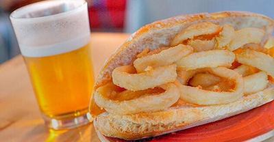 Imagen de un bocadillo de calamares típico de Madrid